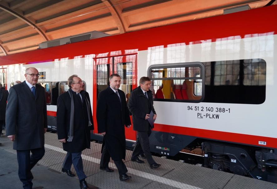 Ostatni - dwudziesty drugi - z zamówionych przez SWW pociągów Elf - z Marszałkiem Markiem Woźniakiem i Wicemarszałkiem Wojciechem Jankowiakiem na pokładzie - dotarł do stolicy Wielkopolski we wtorek 25 lutego - kliknij aby powiększyć