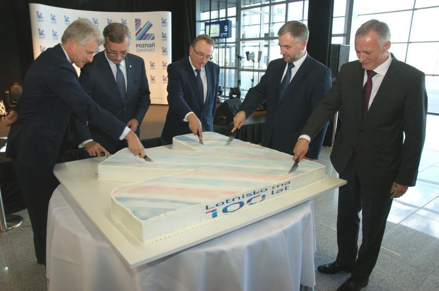 1 października  – z udziałem Prezydenta RP Bronisława Komorowskiego – na terenie Portu Lotniczego Poznań – Ławica odbyły się uroczyste obchody 100 – lecia poznańskiego lotniska- kliknij aby powiększyć