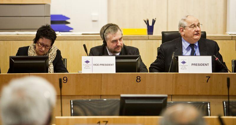 Marszałek Marek Woźniak podczas posiedzenia komisji COTER- kliknij aby powiększyć