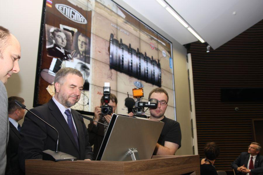 Uroczyste otwarcie wystawy Enigma. Odszyfruj zwycięstwo z udziałem Marszałka Marka Woźniaka odbyło się 10 listopada w Collegium Iuridicum Novum. została zainaugurowana międzynarodowa gra kryptologiczna Codebreakers.eu- kliknij aby powiększyć