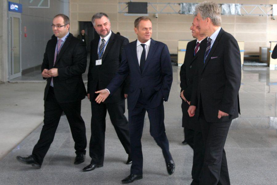 Premier Donald Tusk złożył wizytę w Porcie Lotniczym Poznań – Ławica, z uznaniem odnosząc się do przeprowadzonych w kontekście UEFA EURO 2012 inwestycji- kliknij aby powiększyć