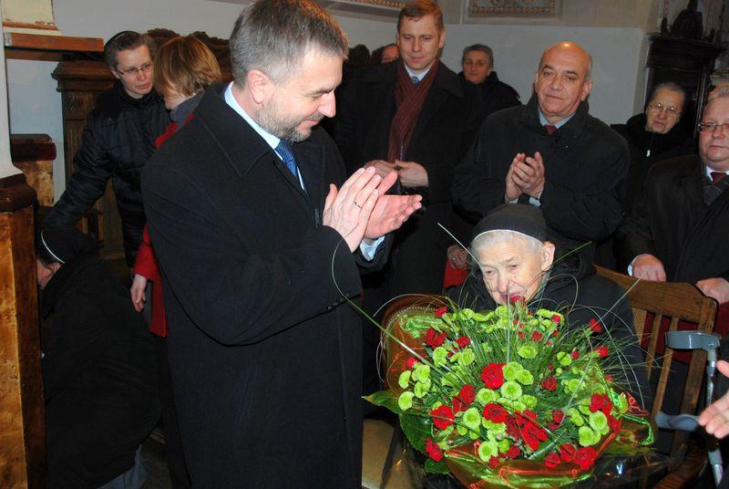Marek Woźniak, Marszałek Województwa Wielkopolskiego wręczył honorowe odznaczenie Irenie Śmiałowskiej z Domu Zakonnego Sióstr Urszulanek - Łęczyca, 17 stycznia 2010 roku- kliknij aby powiększyć