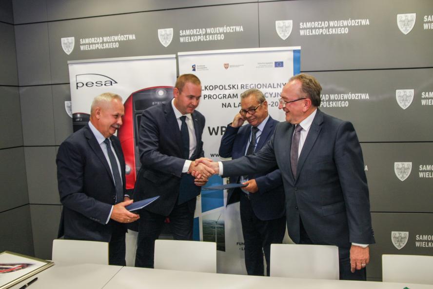 Podpisanie umowów pomiędzy Województwem Wielkopolskim a Pojazdy Szynowe PESA Bydgoszcz SA na dostawę kolejnych 10 elektrycznych zespołów trakcyjnych (ezt)- kliknij aby powiększyć