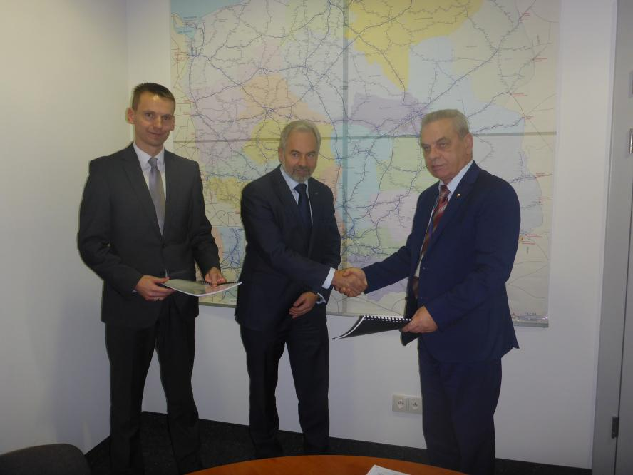 Podpisanie umowy na wykonanie modernizacji 5. elektrycznych zespołów trakcyjnych serii EN57 będących w posiadaniu województwa- kliknij aby powiększyć
