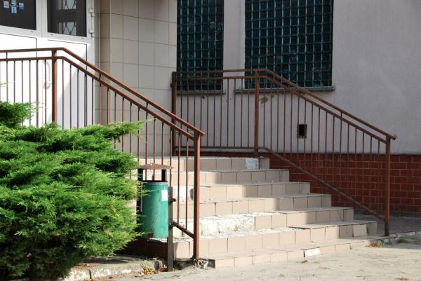 Wejście do budynku (schody) przed realizacją inwestycji- kliknij aby powiększyć
