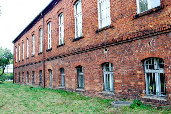 Ściana zewnętrzna starej części szkoły przed rewitalizacją- kliknij aby powiększyć