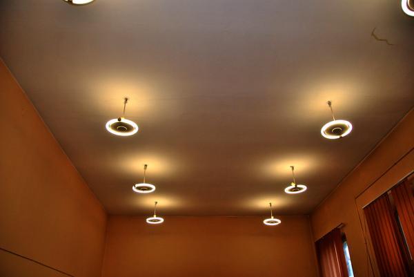 Oświetlenie w pomieszczeniu szkoły przed wymianą- kliknij aby powiększyć
