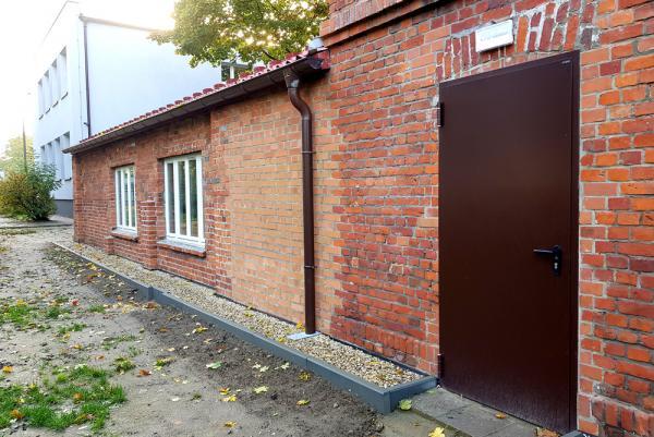 Ściana zewnętrzna starej części szkoły po wykonaniu rewitalizacji- kliknij aby powiększyć