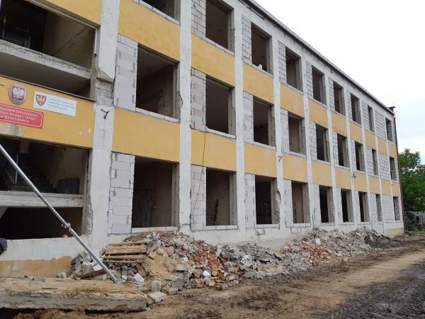 Budynek szkoły z zewnątrz zdemontowane stare okna- kliknij aby powiększyć