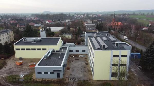 Kompleks zabudowań szkoły po wymianie okien dociepleniu ścian i dachu wykonaniu nowej elewacji i montażu instalacji fotowoltaicznej- kliknij aby powiększyć