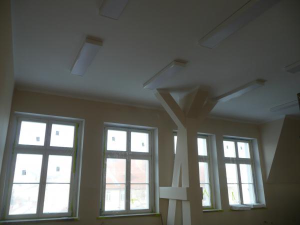 Pomieszczenie w trakcie prac po wymianie okien oświetlenia i modernizacji stropów- kliknij aby powiększyć