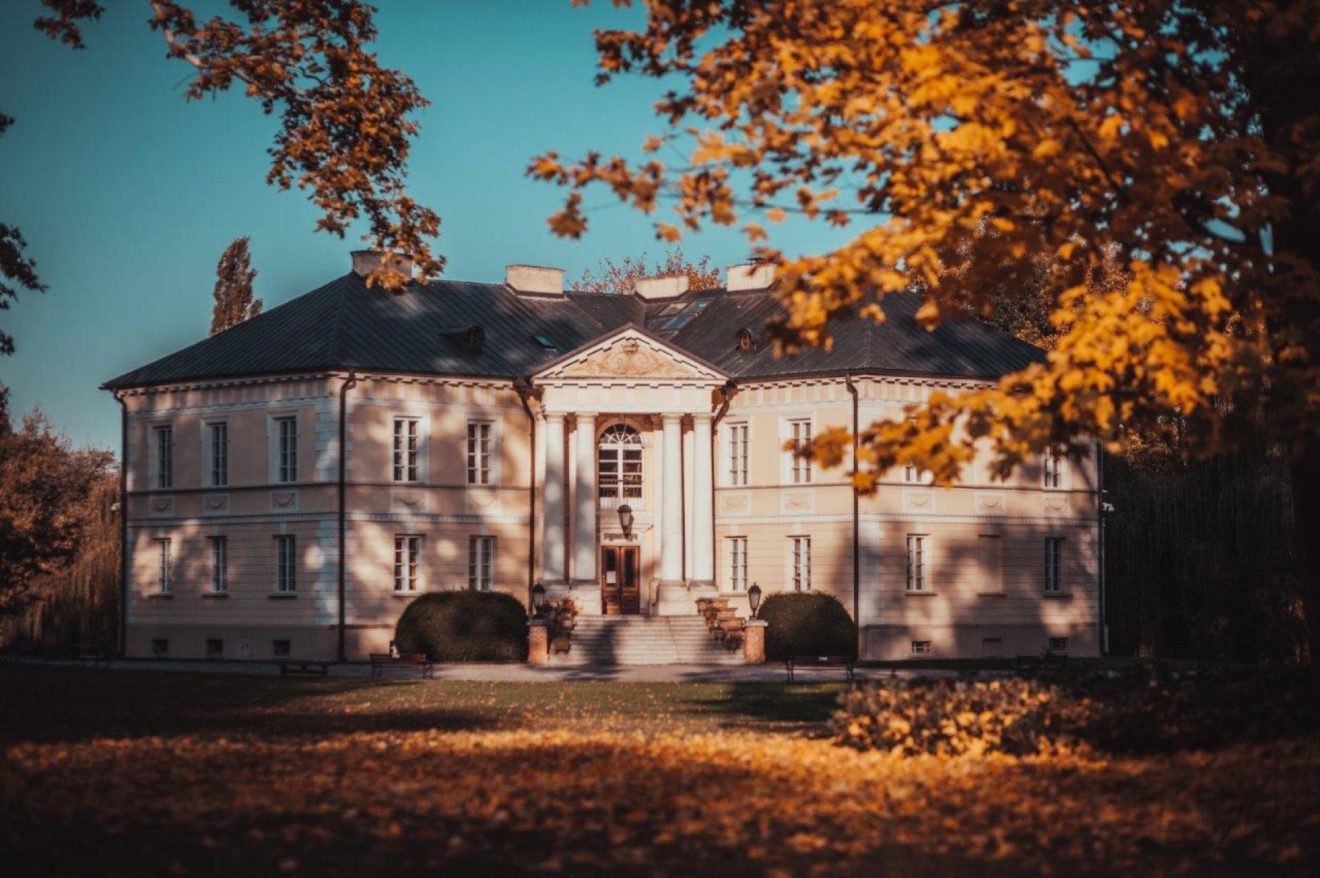 Pośród dotychczasowych laureatów konkursu znajdujemy m.in. zespół pałacowo-parkowy w Dobrzycy który jest siedzibą Muzeum Ziemiaństwa – instytucji kultury samorządu Województwa Wielkopolskiego (edycja 2017)- kliknij aby powiększyć