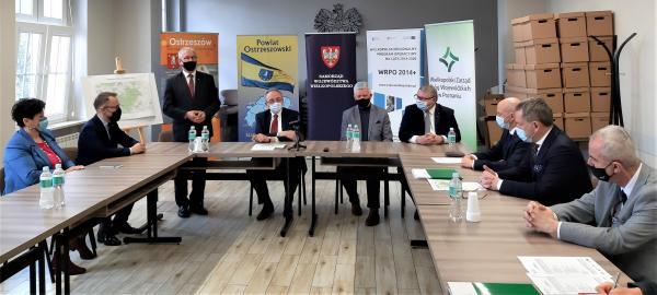 Podpisywanie umów w powiecie ostrzeszowskim na rozbudowę  DW 444- kliknij aby powiększyć