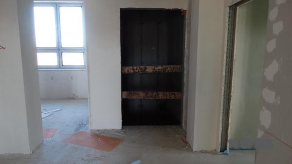 Stara Łubianka - Korytarz szkoły z szybem windy przed rozpoczęciem prac wykończeniowych i montażem dźwigu- kliknij aby powiększyć