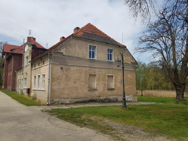 Cerekwica Nowa - Budynek nr 5 z zewnątrz (widok z boku) przed modernizacją- kliknij aby powiększyć