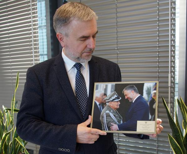 Z okazji jubileuszu stulecia urodzin Marek Woźniak Marszałek Województwa Wielkopolskiego przekazał na ręce Pana Generała Jana Podhorskiego życzenia i pamiątkową wspólną fotografię. - kliknij aby powiększyć