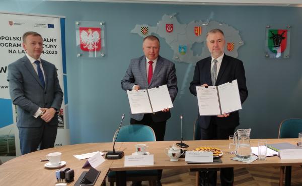 Powiat leszczyński - podpisywanie umów - kliknij aby powiększyć