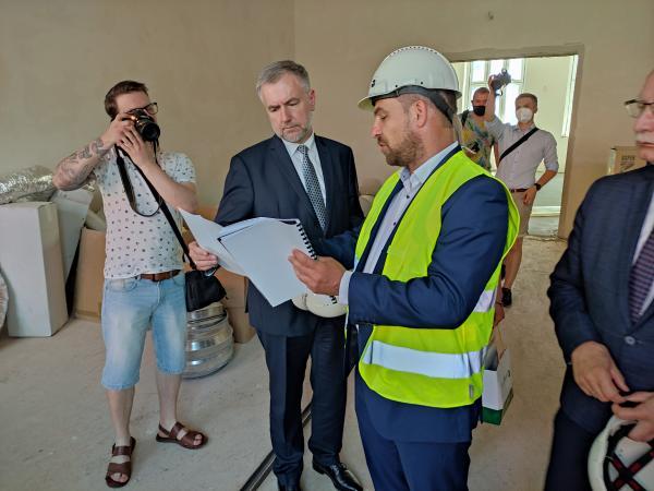 Wizyta Marszałka Marka Woźniaka w nowo budowanej bibliotece- kliknij aby powiększyć