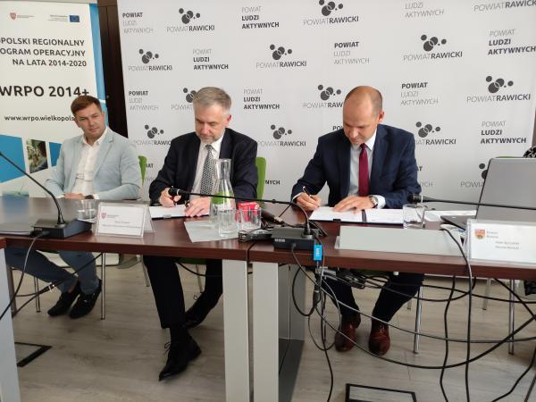Powiat rawicki - podpisywanie umów - kliknij aby powiększyć