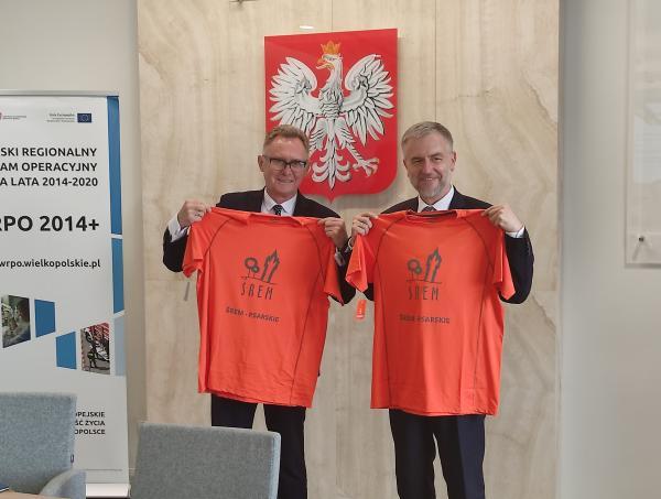 Podpisywanie umowy w Śremie - Marszałek otrzymał w prezencie koszulkę rowerową z nr 1- kliknij aby powiększyć