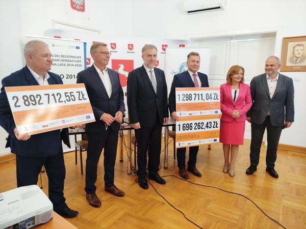 Konin: Podpisy Marszałka na unijnych umowach miasta i powiatu. Blisko 6 mln zł  dofinansowania na ekologiczny transport i kształcenie zawodowe - kliknij aby powiększyć