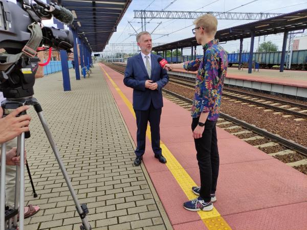 W środę Marszałek Marek Woźniak podpisał umowę na dofinansowanie unijne – w ramach Wielkopolskiego Regionalnego Programu Operacyjnego 2014-2020 (WRPO 2014) – projektu związanego z rewitalizacją linii kolejowej nr 357 na odcinku Drzymałowo - Wolsztyn.- kliknij aby powiększyć
