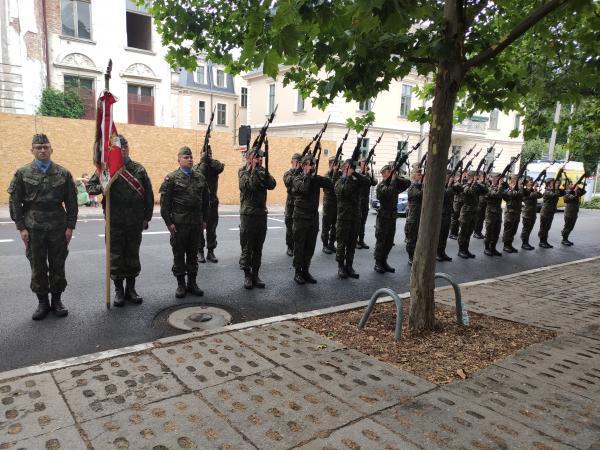 Marszałek Marek Woźniak wziął udział w uroczystych obchodach 77. rocznicy wybuchu Powstania Warszawskiego które odbyły się w niedzielę 1 sierpnia w Poznaniu.- kliknij aby powiększyć