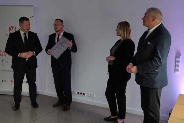 Certyfikat odebrał  pan Jacek Ober – współwłaściciel P. P. H. WObit E.K.J. Ober Sp. c.- kliknij aby powiększyć