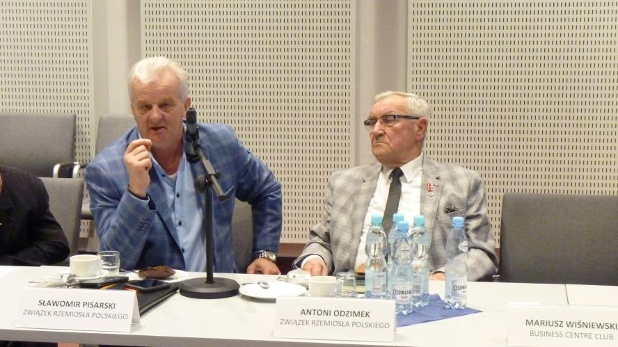 Przewodniczący Krzysztof Małecki z Forum Związków Zawodowych przekazuje przewodniczenie Marszałkowi Województwa Wielkopolskiego - zobacz więcej