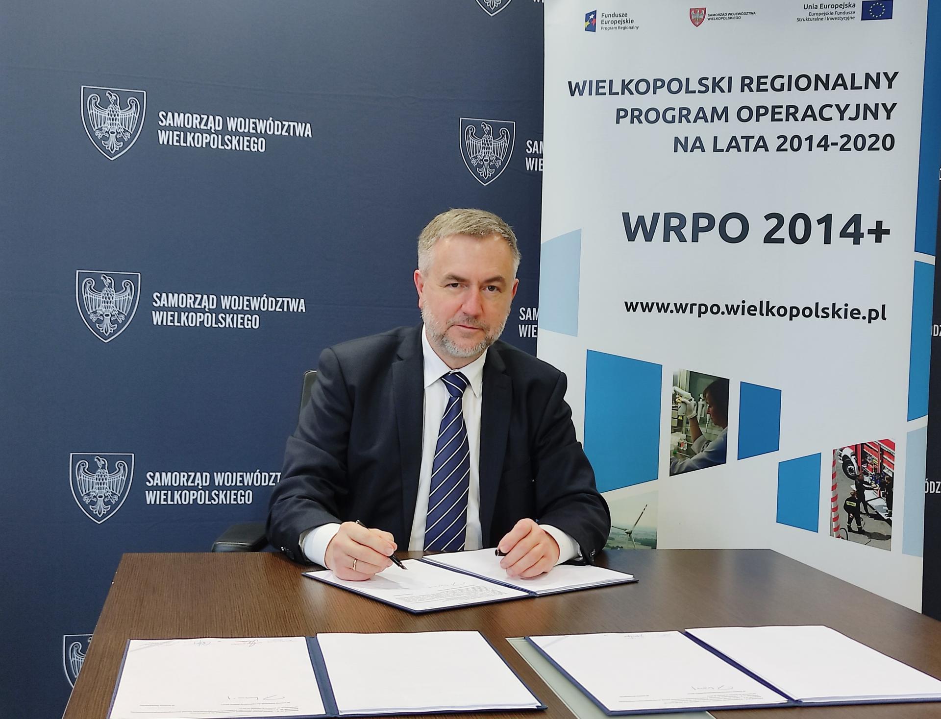 Marszałek podpisał umowy: blisko 6 milinów złotych unijnego wsparcia dla projektów z Poznania Nowych Skalmierzyc i Chodzieży   - zobacz więcej