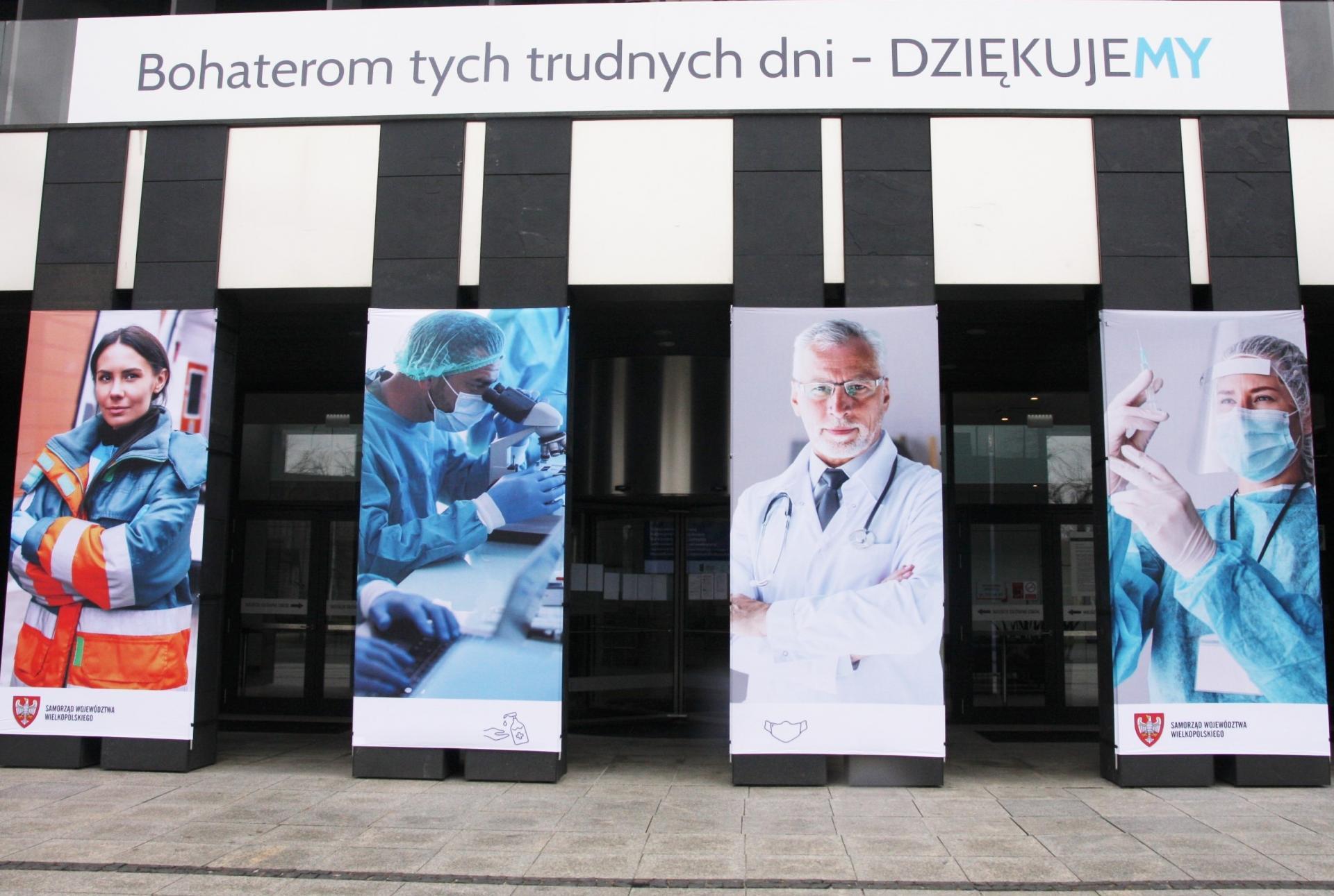 Podziękowania dla pracowników ochrony zdrowia – ekspozycja na filarach przed wejściem do budynku UMWW w Poznaniu   - zobacz więcej