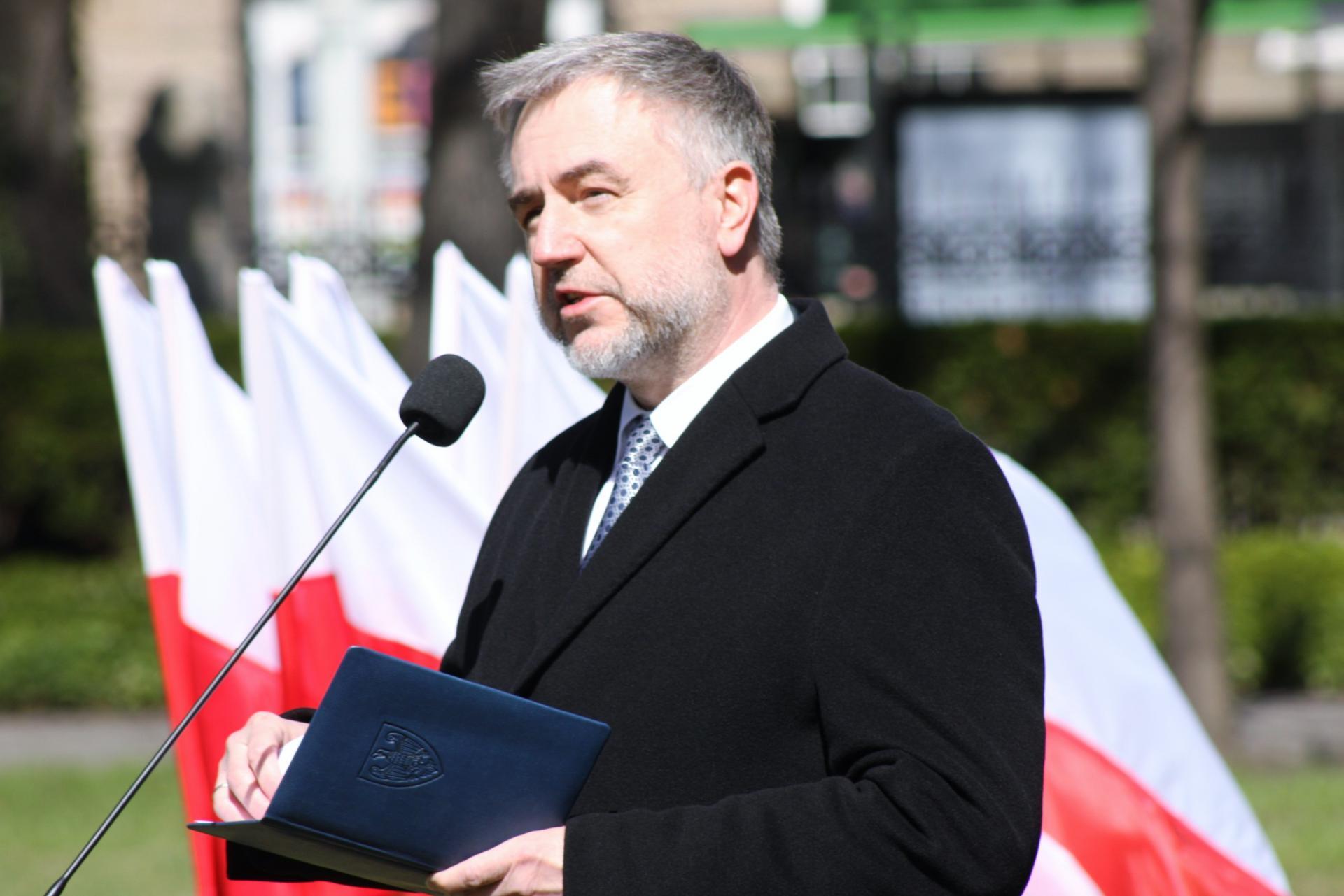 Marszałek przy pomniku Ofiar Katynia i Sybiru w Poznaniu: Dla mnie pamięć Katynia jest jak niegojąca się otwarta rana...  - zobacz więcej